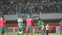 Asraq Gufran menyanyikan anthem PSS Sleman 'Sampai Kau Bisa' setelah pertandingan melawan Persebaya Surabaya pada Shopee Liga 1 pekan kedelapan, Sabtu (13/7/2019) di Stadion Maguwoharjo, Sleman, Yogyakarta.
