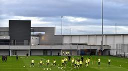 Para pemain Manchester City berlatih jelang menghadapi Shakhtar Donetsk pada pertandingan Grup C Liga Champions di City Football Academy, Manchester, Inggris, Senin (25/11/2019). Manchester City mengincar kemenangan agar bisa menyegel satu tempat di babak 16 besar Liga Champions. (Paul ELLIS/AFP)