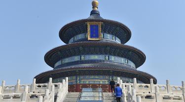 Wisatawan mengunjungi Hall of Prayer for Good Harvests di Kuil Surga, Beijing, China (29/4/2020). Kuil Surga, salah satu Situs Warisan Dunia UNESCO yang ditutup sementara akibat merebaknya COVID-19, membuka kembali tiga kompleks bangunan utamanya untuk umum pada Rabu (29/4). (Xinhua/Peng Ziyang)