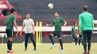 Pemain Timnas Indonesia, Stefano Lilipaly, menyundul bola saat latihan di Stadion I Wayan Dipta, Bali, Senin (14/10). Latihan ini persiapan jelang laga Kualifikasi Piala Dunia 2022 melawan Vietnam. (Bola.com/Aditya Wany)