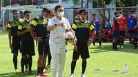 Eks kapten PSM Makassar, Syamsul Chaeruddin (kanan), saat mengkuti kursus pelatih lisensi C-AFC/PSSI di Bali, dari 1 hingga 15 November. (Bola.com/Abdi Satria)