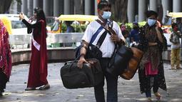 Seorang pedagang membawa tas untuk dijual di pusat perbelanjaan di New Delhi (16/9/2020). Total kasus Covid-19 di India melampaui lima juta pada 16 September, data kementerian kesehatan menunjukkan Pandemi meluas cengkeramannya di negara tersebut. (AFP/Sajjad Hussan)