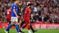 Winger Liverpool, Mohamed Salah, mengalami cedera saat bersua Leicester City pada laga pekan kedelapan Premier League yang berlangsung di Stadion Anfield, Sabtu (5/10/2019). (AFP/Paul Ellis)