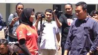 Menpora Imam Nahrawi mengecek training center (TC) panjat tebing di kompleks Stadion Mandala Krida, Yogyakarta, Senin (12/3/2018). (Bola.com/Ronald Seger Prabowo)