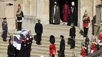 Peti mati Pangeran Philip dari Inggris saat tiba di St. George's Chapel saat prosesi pemakaman di dalam Kastil Windsor di Windsor, Inggris, Sabtu (17/4/2021). Pangeran Philip meninggal 9 April pada usia 99 tahun setelah 73 tahun menikah dengan Ratu Inggris Elizabeth II. (Justin Tallis/Pool via AP)