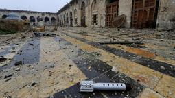 Kondisi Masjid Umayyah yang hancur karena gempuran senjata selama perang saudara di Aleppo, Suriah, 13 Desember 2016. Masjid yang dianggap sebagai tempat suci ke empat dalam Islam ini mulai digempur dalam konflik pada 2014. (REUTERS/Omar Sanadiki)