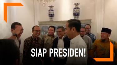 Para politisi dan elite TKN mengucapkan kalimat 'Siap Presiden' pada Joko Widodo. Momen ini mirip dengan ucapan para purnawirawan pada Prabowo Subianto.