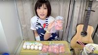 Tanpa rasa mual sedikit pun Yuka berhasil menghabiskan nasi dengan telur beku.