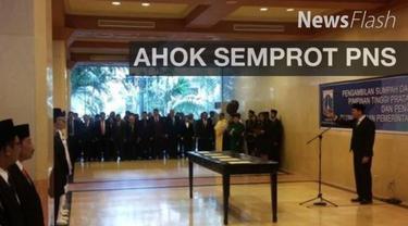 Gubernur DKI Jakarta Basuki Tjahaja Purnama atau Ahok menyemprot PNS yang baris di depannya saat pelantikan ratusan pejabat eselon II-IV di Balai Kota DKI.