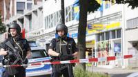 Polisi berjaga di lokasi serangan pisau di supermarket Hamburg, Jerman. (DPA/Paul Weidenbaum)