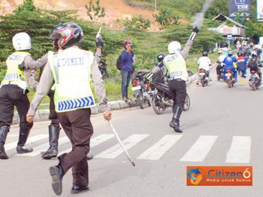 Citizen6, Batam: Puncak kemarahan demonstran dipicu oleh tindakan kekerasan dari aparat kepolisian yang memukuli bahkan menembak. (Pengirim: David Eddi Hartono)