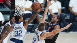 Pebasket Los Angeles Clippers, Kawhi Leonard, berusaha mencetak poin saat menghadapi Dallas Mavericks dalam gim kedua playoff NBA 2020 di AdventHealth Arena, Kamis (20/8/2020). Maverick menang 127-114 atas LA Clipppers. (AFP/Ashley Landis-Pool/Getty Images)