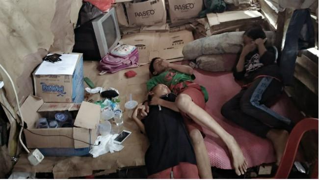 Kondisi rumah penjaja koran Agussalim, kumuh dan berantakan karena ekonomi pas-pasan. (Liputan6.com/Ahmad Akbar Fua)