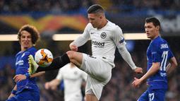 Striker Eintracht Frankfurt, Luka Jovic, mengontrol bola saat menghadapi Chelsea pada pertandingan leg kedua semifinal UEFA Europa League di Stamford Bridge, London (9/5). Frankfurt kalah 4-3 lewat adu penalti. (AFP/Ben Stansall).