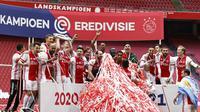 Pemain Ajax merayakan gelar juara Eredivisie yang kembali mereka raih pada musim ini setelah menang 4-0 atas FC Emmen di Johan Cruyff Arena, Amsterdam, Minggu (2/5/2021). (MAURICE VAN STEEN / ANP / AFP)