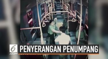 Aksi penyerangan yang dilakukan sopir bus kepada penumpangnya di Thailand. Sopir bus tidak suka diperingatkan penumpang karena memainkan ponsel saat mengemudi.