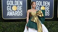 Gaun JLo saat di Golden Globe Sumber : @FionaUnderhill