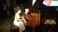 Tiara Siahaan, pianis berusia 14 tahun, tampil di acara resepsi diplomatik di Houston, Jumat malam (19/10). (Dokumentasi KJRI Houston)