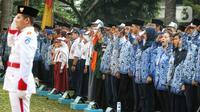 Sejumlah guru, mahasiswa dan siswa-siswi mengikuti Upacara Peringatan HUT PGRI ke-74 dan Hari Guru Nasional 2019 di Kemendikbud, Jakarta, Senin (25/11/2019). (Liputan6.com/Johan Tallo)
