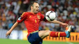 Andres Iniesta. Meraih gelar Euro 2012 bersama Timnas Spanyol dan menjadi pemain terbaik turnamen tak cukup membawanya merebut Ballon d'Or 2012. Ia hanya menempati posisi ketiga. Gelar jatuh ke tangan Lionel Messi yang tampil tajam dengan 91 gol bersama Barcelona. (AFP/Damien Meyer)