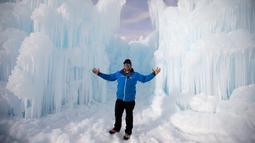 Manajer dari proyek pembuatan Istana Es, Jesse Stone berpose di depan dinding es di Midway, Utah (27/12). Istana Es ini terdiri dari dinding es setinggi 20 kaki. (AP/Rick Bowmer)