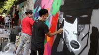 Seniman grafiti menyelesaikan karyanya selama festival Off The Wall di Kawasan Thamrin, Jakarta, Minggu (6/11). Gelaran ini memberikan perspektif baru terhadap seni urban sekaligus memperkenalkan para seniman Grafitti. (Liputan6.com/Gempur M. Surya)