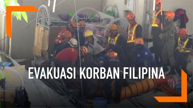 Gempa bumi berkekuatan 6,3 skala richter di Filipina mengakibatkan bangunan runtuh. Banyak warga yang terjebak di bawah runtuhan gedung. Proses evakuasi pun dilakukan tim penyelamat.