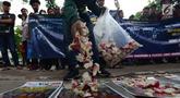 Massa melakukan aksi tabur bunga di depan kantor Komnas HAM, Jakarta Pusat, Rabu (12/12). Aksi tersebut dilakukan oleh Aliansi Mahasiswa & Pemuda (AMP) Indonesia Menolak Lupa untuk memperingati Hari HAM Sedunia pada 10 Desember. (Merdeka.com/Imam Buhori)