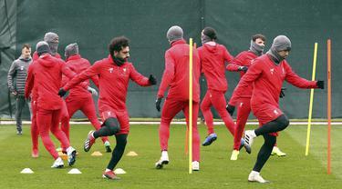 Penyerang Liverpool, Mohamed Salah, mengikuti sesi latihan jelang laga Liga Champions di Melwood, Liverpool, Selasa (27/11). Liverpool akan berhadapan dengan Paris Saint-Germain. (AP/Martin Rickett)