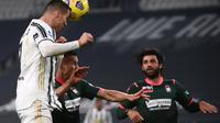 Cristiano Ronaldo mencetak gol ke gawang Crotone via sundulan. Juventus menang 3-0, Selasa (23/02/2021) dini hari WIB. (Marco BERTORELLO / AFP)