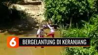 Viral, tiga bocah berseragam SD menyeberangi sungai dengan cara bergelantungan di keranjang. Hal ini terpaksa mereka lakukan untuk akses jalan lebih cepat.