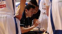 Pelatih Satria Muda, Youbel Sondakh memberikan arahan kepada anak asuhnya saat melawan Pelita Jaya pada gim kedua final IBL 2017 di di Britama Arena, Kelapa Gading, Sabtu (6/52017). Satria Muda menang 83-63. (Bola.com/Nicklas Hanoatubun)