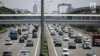 Kendaraan roda empat melintas di Tol Jagorawi, Jakarta, Jumat (6/4). Pemerintah akan memberlakukan aturan ganjil genap di ruas Tol Jagorawi dan Tol Jakarta-Tangerang. (Liputan6.com/Faizal Fanani)