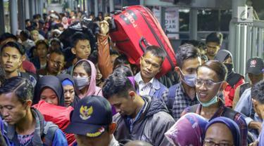 Pemudik antre saat memasuki kapal penyebrangan di Dermaga 1 Pelabuhan Penyebrangan Merak, Banten, Sabtu (1/6/2019). Hingga Sabtu (1/6) pukul 08.00 WIB, pemudik yang menyebrang dari pelabuhan Merak menuju Bakauheni mengalami peningkatan 30,1%. (Liputan6.com/Helmi Fithriansyah)