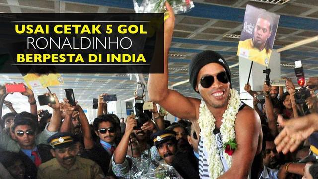 Video Ronaldinho bernyanyi bersama dengan teman setim usai cetak 5 gol di Liga Futsal India pada Senin (18/07/2016).