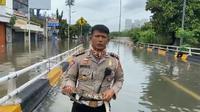 Seorang polisi melaporkan situasi banjir sambil memegang ular yang ia temukan menjadi viral di Twitter.
