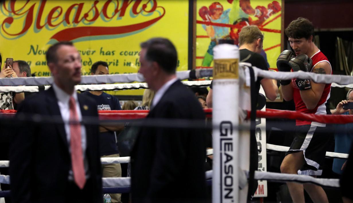 Perdana Menteri Kanada, Justin Trudeau saat bertanding melawan petinju profesional Yuri Foreman di Gleason Boxing Gym di Brooklyn borough New York, AS (21/4). (REUTERS/Carlo Allegri)