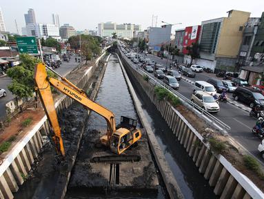 Alat berat mengeruk lumpur yang mengendap di Kali Cideng, Jakarta, Senin (19/10/2015). Pemprov DKI Jakarta terus berupaya sampah yang mengendap di sejumlah sungai agar permasalahan banjir dapat segera teratasi. (Liputan6.com/Immanuel Antonius)