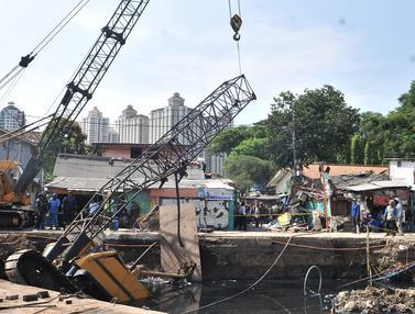 Crane Jatuh Timpa Rumah Warga di Jakarta Pusat