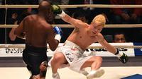 Petinju, Floyd Mayweather, menjatuhkan kickboxer, Tenshin Nasukawa, pada laga eksebisi di Saitama Super Arena, Saitama, Senin (31/1). Tanding dengan aturan tinju, Mayweather menang TKO di ronde pertama. (AFP/Toshifumi Kitamura)