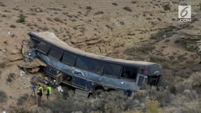 Sebuah kecelakaan bus terjadi di Utah saat malam tahun baru. Kecelakaan tersebut menewaskan gadis kecil berusia 13 tahun.