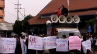 Para pedagang menolak rencana pembukaan pasar Turi baru karena pengelolaan bangunan pasar dianggap masih bermasalah.