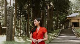 Jessica berpose di depan kuil Chuson-Ji dengan menggunakan busana kebaya serba merah. Kain batik yang digunakannya menuai pujian dari orang Jepang yang melihatnya. Penampilannya tampak mencolok diantara pepohonan. (Liputan6.com/IG/@jscmila)