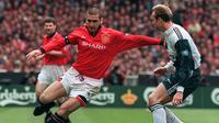 3. Eric Cantona pernah menggunakan ban kapten di Manchester United. Dia setahun menjadi pemimpin lapangan pada 1996-1997.(AFP/Gerry Penny)