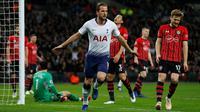 Striker Tottenham, Harry Kane, merayakan gol yang dicetaknya ke gawang Southampton pada laga Premier League di Stadion Wembley, London, Rabu (5/12). Tottenham menang 3-1 atas Southampton. (AFP/Ian Kington)
