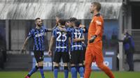 Bek Inter Milan Achraf Hakimi merayakan gol ke gawang Spezia pada laga Liga Italia di Stadio Giuseppe Meazza, Minggu (20/12/2020). (AP Photo/Luca Bruno)