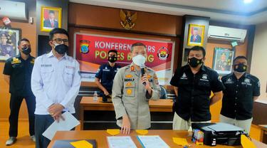 Kapolres Bitung AKBP Indrapramana menjelaskan pengungkapan kasus ini saat konferensi pers, Kamis (29/07/2021), di Mapolres Bitung.