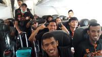 Pemain Persiraja Banda Aceh dalam perjalanan di pesawat menuju Kuala Lumpur. (Bola.com/Gatot Susetyo)