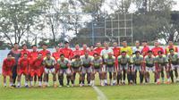 Para pemain Liga 1 dan 2 main fun game di Stadion Brantas Kota Batu. (Bola.com/Iwan Setiawan)