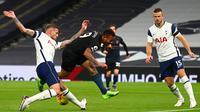 Bek Tottenham Hotspur, Toby Alderweireld (kiri), memblok tendangan striker Manchester City, Gabriel Jesus, dalam laga lanjutan Liga Inggris pekan ke-9 di Tottenham Hotspur Stadium, London, Minggu (22/11/2020) dini hari WIB. Tottenham menang 2-0 atas City. (AFP/Clive Rose/Pool)